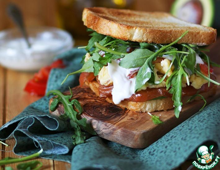 Рецепт: Очень сытный сэндвич с омлетом и пикантным лососем домашнего посола