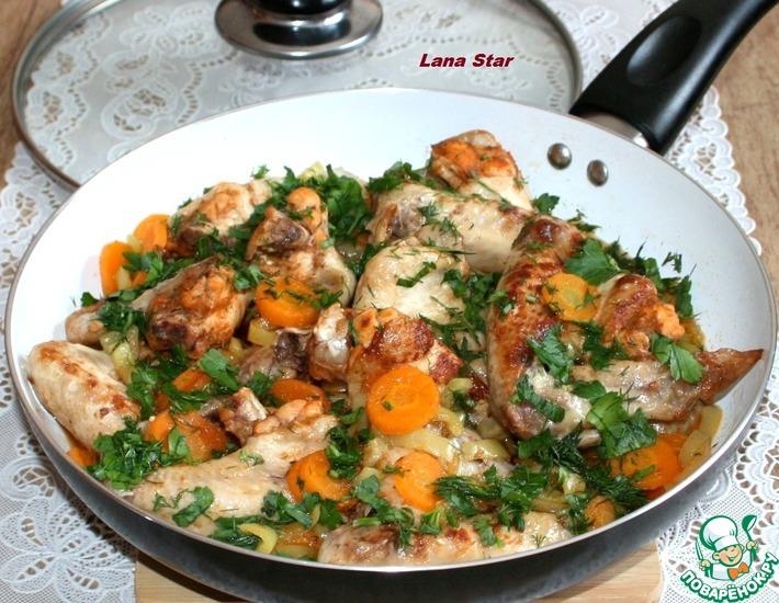 Рецепт: Куриные крылышки с овощами на сковороде