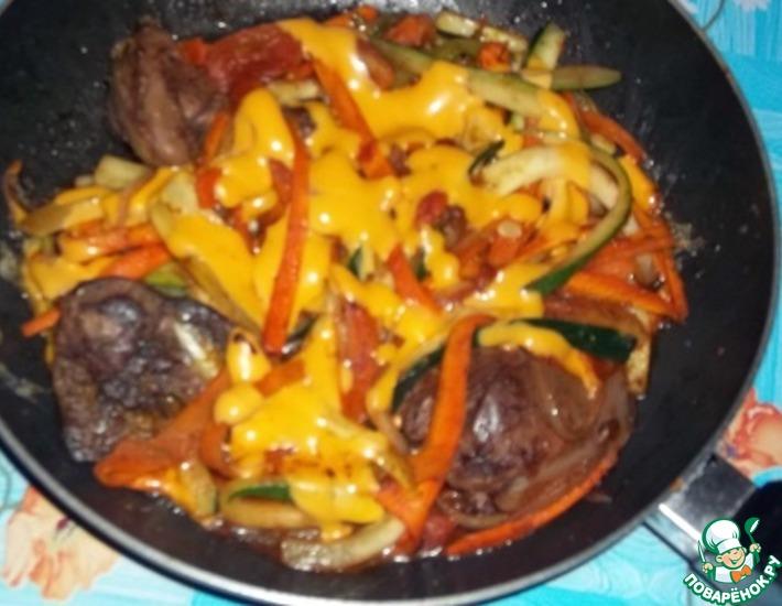 Рецепт: Овощи с куриной печенью и плавленым сыром