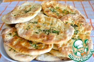 Рецепт: Индийская лепешка Наан с чесноком и зеленью