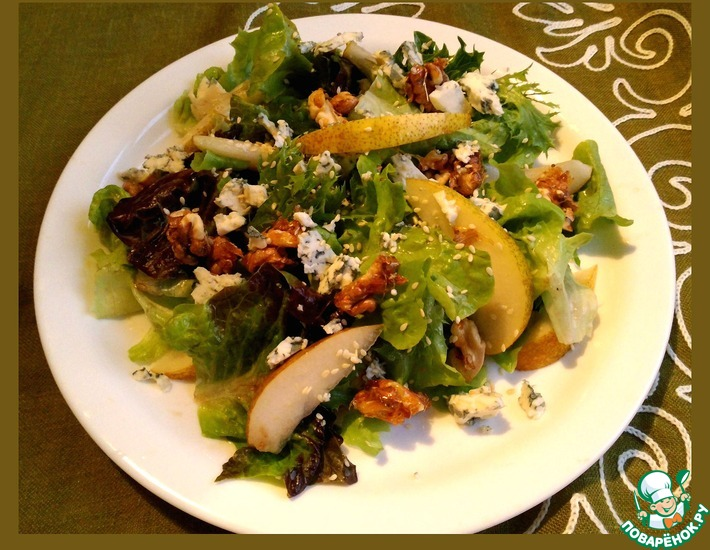 Рецепт: Салат с грушей, сыром и орехами