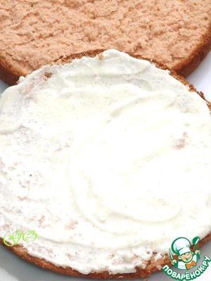 Разрезаем бисквит на два или три коржа. Смешиваем сметану с сахаром и смазываем коржи. Можно пропитать и сиропом. Оставляем коржи пропитываться. У нас остается 1/2 часть сметаны.