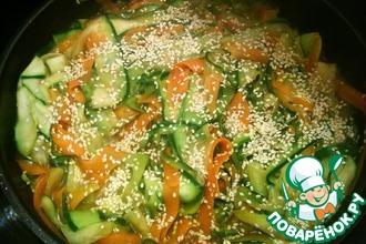 Рецепт: Вегетарианская лапша из цуккини и морковки с кунжутом