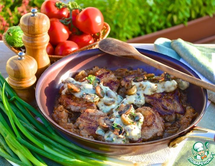 Рецепт: Телятина на карамелизированном луке с грибным соусом