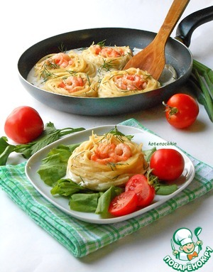 Nests with shrimp in a creamy sauce
