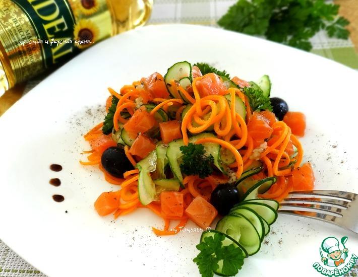 Рецепт: Морковный салат с огурцом и форелью