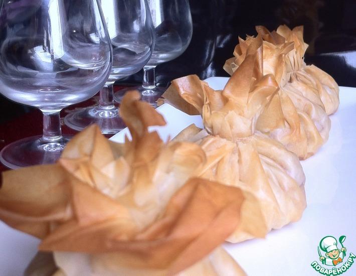 Рецепт: Мешочки из фило с индейкой, камамбером и сливами