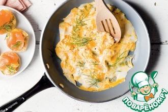 Рецепт: Блины с яичницей болтуньей и копченым лососем
