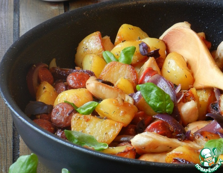 Рецепт: Картофельная сковорода с курицей и колбасками