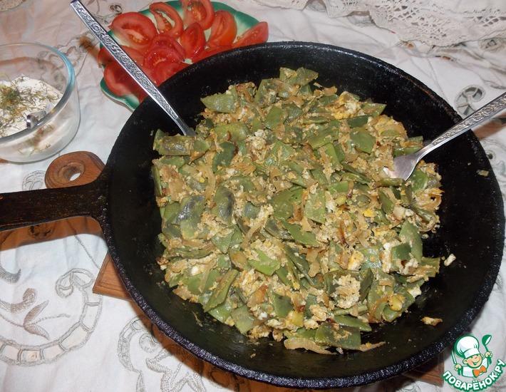 Рецепт: Жареная фасоль с луком и яйцом