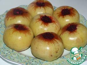 Готовые яблоки аккуратно переложить на блюдо и подать на стол.
