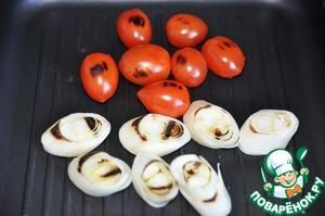 Пока стейк запекается, обжариваем на сковороде-гриль помидорки черри и лук порей порезанный наискосок кольцами по 0.7 см.