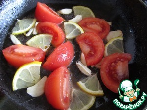 In a pan heat vegetable oil and put garlic, tomato and lemon. Lightly fry for 1-2 minutes.