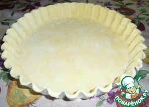 Тесто. маргарин и муку с солью перетираем в крошку. добавляем молоко до того как тесто можно скатать в шар. убираем в холодильник на 2 часа. после раскатываем в пласт толщиной 1 см. переносим в форму. делаем наколы вилкой и в духовку на 10 минут, до полуготовности