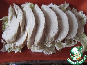 On top lay the sliced chicken breast and abundantly watered it with sauce.