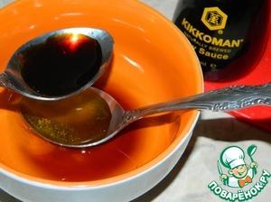 Отдельно смешать мед, соевый соус и вино.
