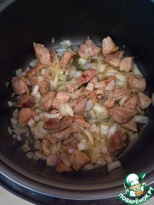 Лук нарежьте мелко и положите в чашу мультиварки к обжаренному мясу.      Пока готовите подливку лук немного обжариться с мясом.