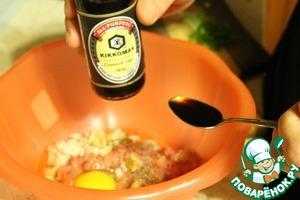Добавить соевый соус. Тщательно все перемешать. Если нужно, то добавить соль.