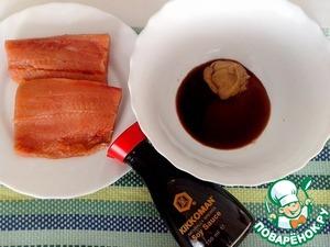 Приготовим маринад. В миску положить:мед, соевый соус Kikkoman и столовую горчицу. Перемешать.