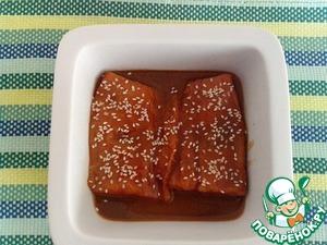 Выложить филе вместе с маринадом в форму для запекания, посыпать кунжутом. Запекать в заранее разогретой духовке (t=170 С) 15 минут, не более.