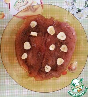 Выбираем удобную посуду, у меня это была обычная тарелочка. Наливаем соевый соус (я все делала на глаз), хорошо обмакиваем наше мясо и сверху выкладываем нарезанный чесночок. Я положила несколько штучек на низ. Оставляем мариноваться на час-два. У меня процесс длился полтора часа.
