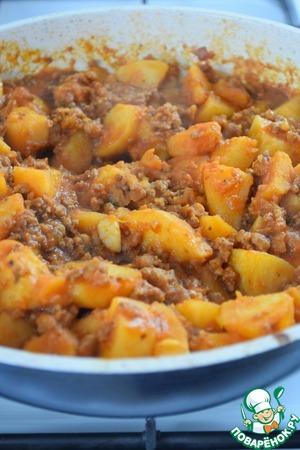 Выливаем соус в сковороду, хорошо перемешиваем, огонь убавляем до минимального и тушим картофель с фаршем примерно 20 мин. с закрытой крышкой.    По желанию посыпать картофель зеленью.
