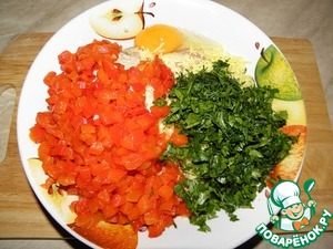 Затем к ним добавить перец, измельченный чеснок, мелко нарезанную зелень и яйцо. Посолить, поперчить по вкусу, и все хорошо перемешать.