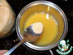 Вылить апельсиновый сок в сотейник, добавить тростниковый сахар и уваривать сироп минут 10, он немного загустеет.