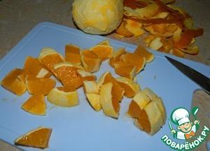 Апельсины очистить от цедры, порезать кубиками. Залить водой и поставить вариться.