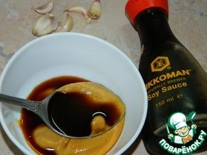 Смешать соевый соус (Киккоман) с горчицей. Добавить измельченный чеснок.