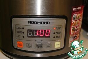 Устанавливаем программу «Хлеб/выпечка», время приготовления 1 час. Готовый бисквит оставить в мультиварке на 15 мин. Пока бисквит печется, мы делаем крем для пропитки.