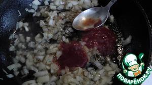 В жиру после жарки бекона обжариваем лук и чеснок. Солим, перчим. Добавляем кетчуп, уксус, кленовый сироп, горчицу и бульон после варки куриного филе.