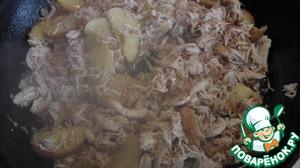 В отдельной сковороде на сливочном масле обжариваем яблоки с мускатным орехом, до мягкости яблок. Солим, перчим. Немного позже добавляем куриное мясо порезанное на кусочки, можно порвать руками. Затем куриную смесь смешиваем с соусом и беконом.