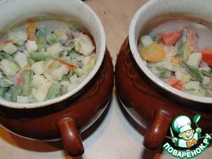 На дно горшочков выложить замороженные овощи. Посолить, поперчить.