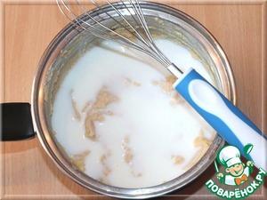 Затем вливаем кефир.        Доводим воду (3 ст. л.) до кипячения. Берем соду (1/2 ч. л. без горок) и всыпаем в кипяток, перемешиваем, вода будет бурлить. Вливаем тонкой струйкой в гороховую смесь и взбиваем венчиком до однородной массы.