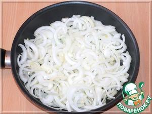А в это время приготовим луковый конфитюр. Берем лук и режем полукольцами. В сковороде поливаем лук оливковым маслом, солим и, постоянно помешивая, поджариваем его до прозрачности.