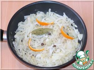 Добавляем в сковороду розмарин, лавровый лист, цедру, молотый перец и продолжаем жарить на небольшом огне минут 10.