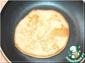 Готовим блинчики. Смазываем сковородку маслом, вливаем пару ложек теста и придаем форму блина и выпекаем с двух сторон до золотистого цвета.