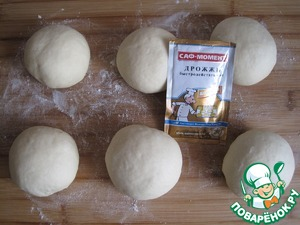 Approaching divide the dough into 6 pieces. Round, cover and leave for 20 minutes to rest.