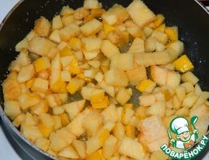 Вначале для начинки растопить сливочное масло, добавить сахар и добавить айву. Тушить минут 5-7, чтобы айва стала мягче. Оставить остывать.