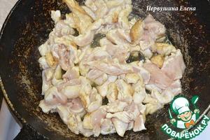 Обжарить мясо на сковороде в раскаленном масле, до румяной корочки. Выложит в отдельную тарелку.