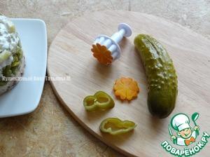 Украсить салат вырезанными фигурками цветов из огурцов и моркови (маринованной);