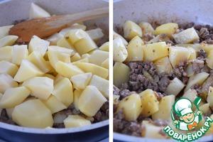 Добавляем картофель, перемешиваем и жарим на среднем огне 5-7 мин.