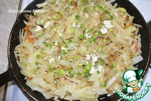В готовое блюдо добавить измельченную зелень, чеснок и