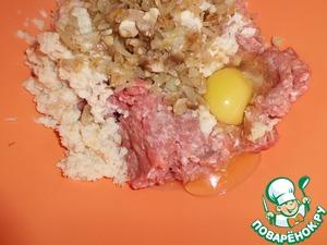 """Берем фарш, добавляем отжатый хлеб, яйцо, перец, соль и обжаренные грибы с луком. Тщательно перемешиваем,""""отбив аем""""."""