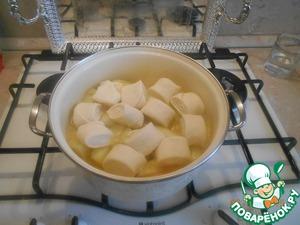 Когда закипела вода, сложим наши маленькие рулетики над картофелем и закроем крышкой. Пока не проварятся.