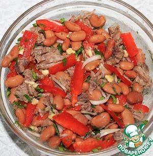Добавляем в салат специи, соль, перешиваем, затем заправить по вкусу винным уксусом и оливковым маслом.