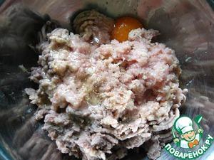 Пропустить через мясорубку куриное бедро, орехи, фасоль, хлеб. Добавить яйцо, соль, перец, приправу. Фарш хорошо перемешать.
