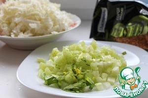 Пекинскую капусту мелко нашинковать. Сельдерей нарезать тонкими кусочками. Через 15 минут после забрасывания достать картофель, размять вилкой, положить обратно в суп. Закинуть нарезанную капусту и сельдерей.