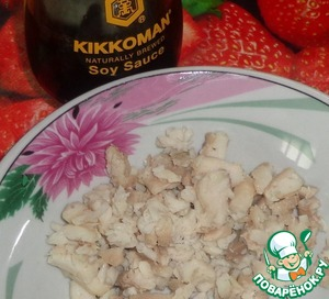 Fish fillet skip through Mincer, mix with soy sauce Kikkoman. Add the egg, stir. Put shredded carrots and black pepper, stir.